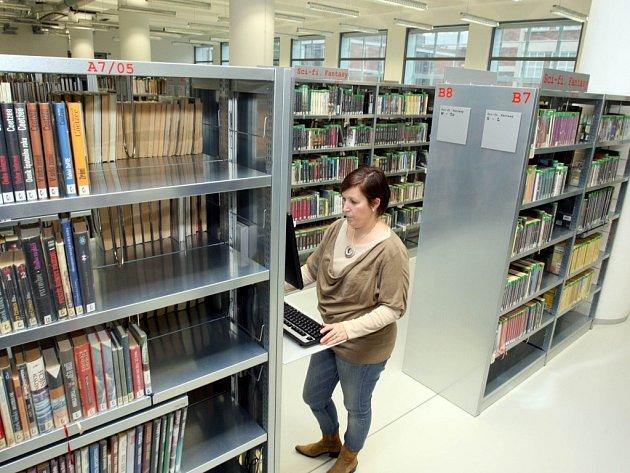 Do knihoven míří stále hodně lidí.