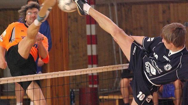 Smečař a blokař Šacungu Jan Špírek (v oranžovém) se i přes kvalitní výkon medaile na Poháru Středočeského kraje nedočkal.