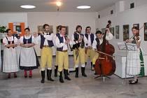 Při vernisáži se skvěle prezentoval folklórní soubor Benešáček