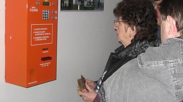 Lidé se u automatů často rozčilovali.