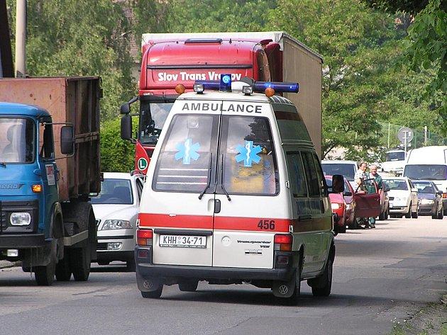 Kvůli autům mají záchranáři často potíže dostat se k pacientovi ci s ním na místo určení.