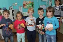 Prvňáčci Matěj, Matyáš, Lucinka, Natálie a Simča ze školní družiny ZŠ Jiráskova si převzali odměny za obrázky prvního školního dne.