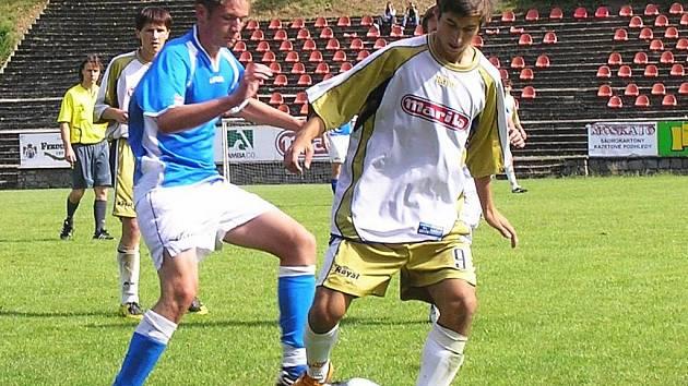 Okresní derby rozhodl Barvínek. Benešovský David Helma (v modrém) se nalepil na votického Davida Šedivého.