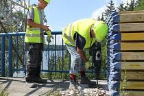 Vrtání na mostě přes Želivku.