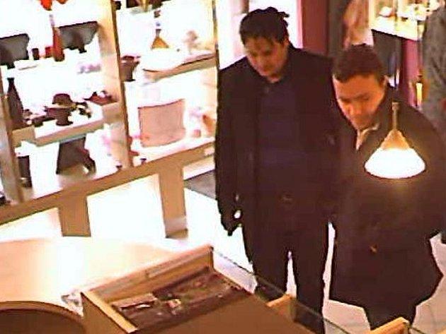 Pachatelé krádeže šperků za 100 tisíc korun ve zlatnictví v Benešově.