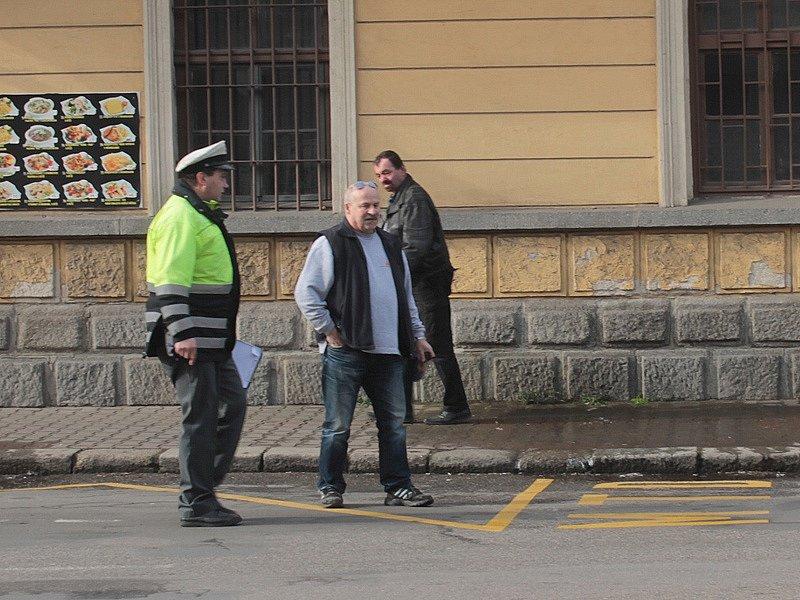 Nehoda tří osobních aut u nádraží v Benešově.