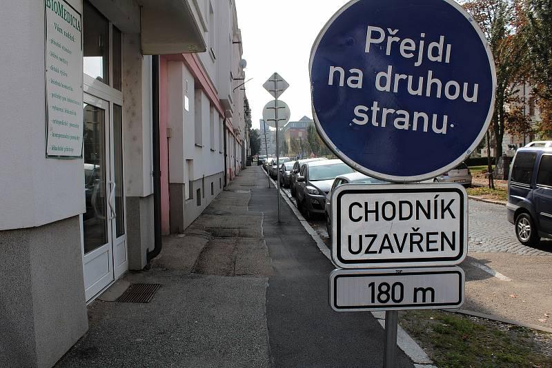 Celý průchozí není kvůli opravě domu chodník v Husově ulici v Benešově.