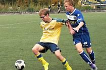 Šestnáctka Benešova padla. Radek Fojtík (ve žlutém) si kryje míč před kladenským Tadeášem Pospíšilem.
