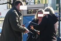 Příslušníci inspekce dále pátrali a vyslýchali (Benešov, Masarykovo náměstí, 12. března 2014 12:23) osoby, které se podle záznamů telefonních operátorů pohybovaly ve čtvrtek 29. srpna 2013 navečer kolem Tužinky nebo krhanického mostu.