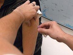 Očkování proti chřipce může mít i vedlejší nežádoucí účinky. I to je možná jeden z důvodů, kvůli kterému o něj není mezi lidmi zájem.