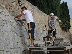 Oprava hřbitovní zdi v Benešově.