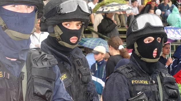 Policejní komando v benešovském Černím lese.