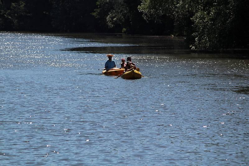 Rekreační vodáci na řece Sázavě na jezu Kaňov u Krhanic.