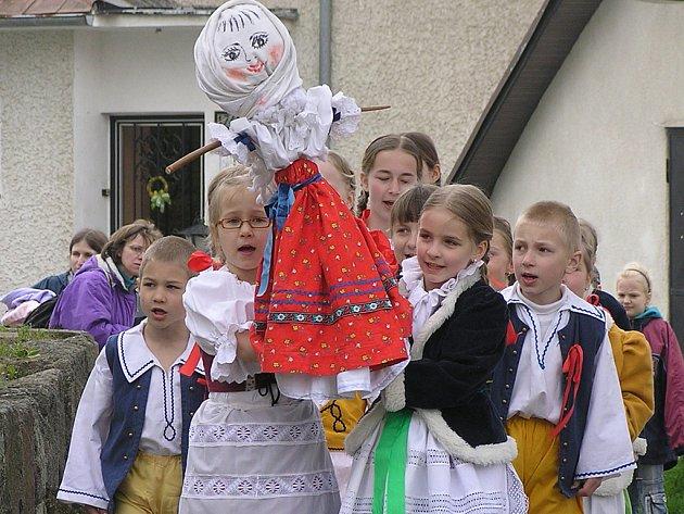 V Týnci nad Sázavou děti vynesly Moranu.