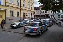 Policejní auta před Okresním soudem Benešov.