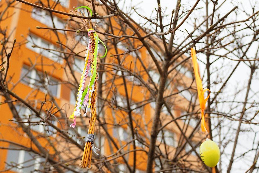 Velikonočně vyzdobené náměstí v Sázavě.