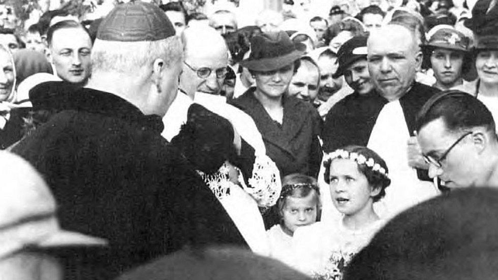 Svaté biřmování ve Vranově 4. 5. 1937 za účasti Karla kardinála Kašpara, arcibiskupa pražského.