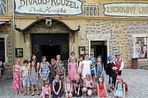 Z výletu Domu dětí a mládeže v Benešově do Divadla kouzel Pavla Kožíška v Líbeznicích.