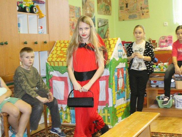 Modelky a modelové z 1. až 3. tříd ZŠ Jiráskova si v družině v pátek užívali prostředí skutečných módních přehlídek.
