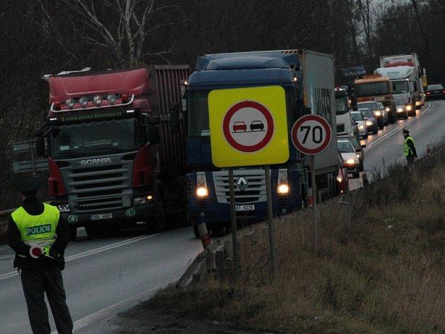 V 8.30 byla nabouraná vozidla odstavená mimo silnici I/3 a kolony se začaly pomalu rozjíždět.