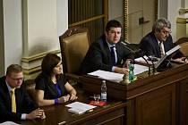 Poprvé do křesla místopředsedkyně Sněmovny Jaroslava Jermanová zasedla ve středu 27. listopadu. Jak jinak, v obležení mužů Pavla Bělobrádka, Jana Hamáčka a Vojtěcha Filipa (zleva).