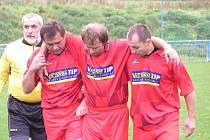 Kapitán Teplýšovic Pavel Klabík musel pro zranění kolene odstoupit již v prvním poločase. Ze hřiště mu pomáhají Pavlové, Zeman (vlevo) a Mládek