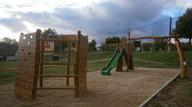 Nesperské hřiště je zatím nepřístupné, dětem se otevře v listopadu. Dodělat se musí povrch a zeleň.
