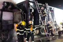 Požár kamionu s nákladem pneumatik na dálnici D1 v pondělí 1. února 2021.