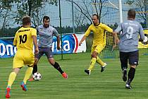 Matěj Voráček (u míče) se proti obraně Želče gólově neprosadil.