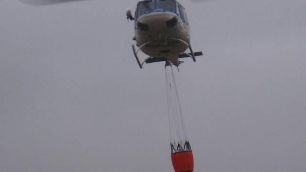 Do vaku zavěšeného pod policejní helikoptérou Bell 412 se vejde 900 litrů vody