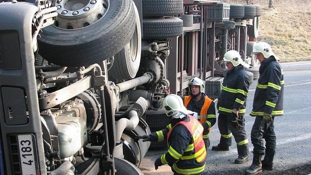 Dopravní nehoda u Bystřice na silnici E55. Hasiči budou při cvičení také vyprošťovat zraněné.