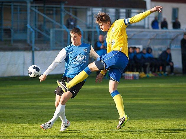 Kapitán Benešova Jan Zákostelský (ve žlutém) zápas s béčkem Táborska pro zranění kolena nedohrál.