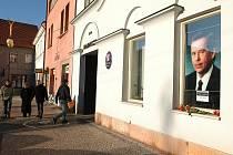 Podobizna Václava Havla v okně benešovské radnice.