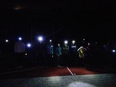 Světélka na hlavách sportovkyň rozsvítila večerní školní hřiště.