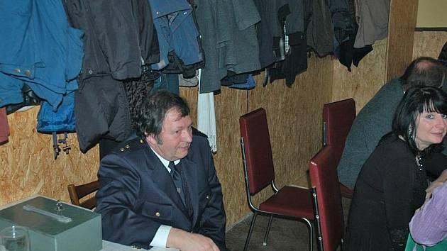 Například nesvačilským hasičům by po plesu v kase zbylo pár storun. Možná.