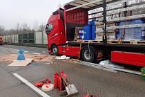 Nehoda dvou kamionů uzavřela ve středu 21. listopadu 2018 dálnici z Prahy do Brna.