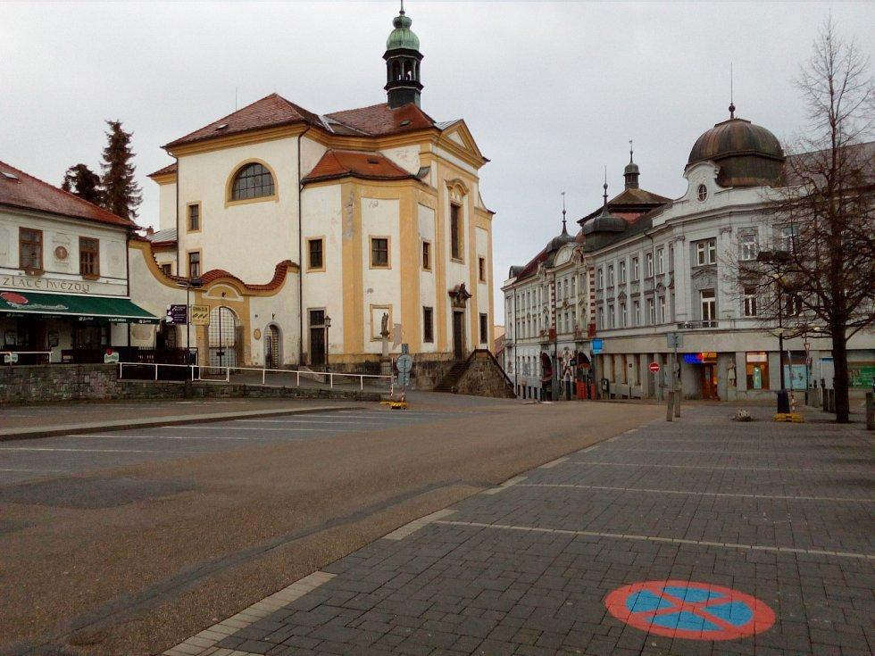 Příprava na příjezd prezidenta ČR Miloše Zemana do Benešova. 6. dubna ráno.