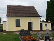 Hřbitovní zeď i márnice na divišovském hřbitově mají novou podobu.