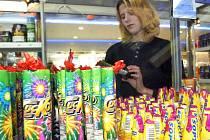 Nepřeberné množství zábavné pyrotechniky je v těchto dnech k mání na pultech obchodů. Jejich používání v době mimo oslavy  má své uskylí