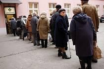 Ilustrační foto: Lidé si raději vyčkají dlouhé fronty před lékárnami, než aby zaplatili příští rok více peněz za léky