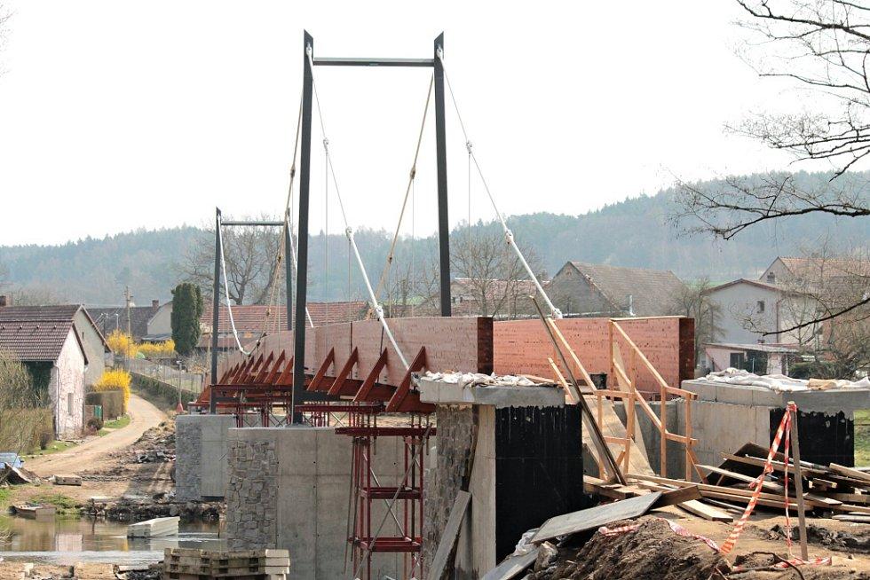 Stavba lávky ve Zbořeném Kostelci 11. dubna 2015.