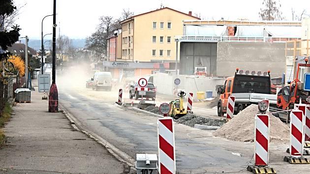 Stavební práce v ulici Červené Vršky v Benešově.