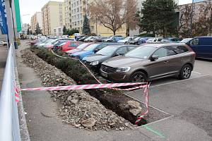 Výkopy pro pokládku optických kabelů v centru Benešova.