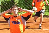 Václav Kadeřábek na síti cloní servis spoluhráče Štěpaře v zápase třetích dvojic. Oba benešovské mladíky dělil od vítězství jediný míč