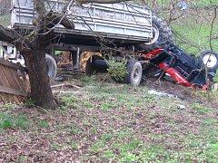 V zatáčce po smyku na štěrku vlek naložený hnojem vytlačil traktor  z cesty