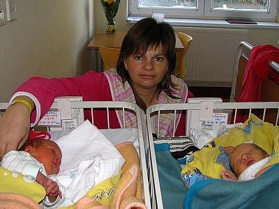 Dne 11. prosince  poprvé uviděla své rodiče, Šárku a Aleše Kladivovi z Pavlovic, jejich dvojčata. Malý Jan, který se narodil v 15,06  s porodní váhou 3,30 kg a mírou 50 cm a jeho sestra Libuše, která se narodila v 15,35 a vážila 2,70 kg a měřila 49 cm. Do