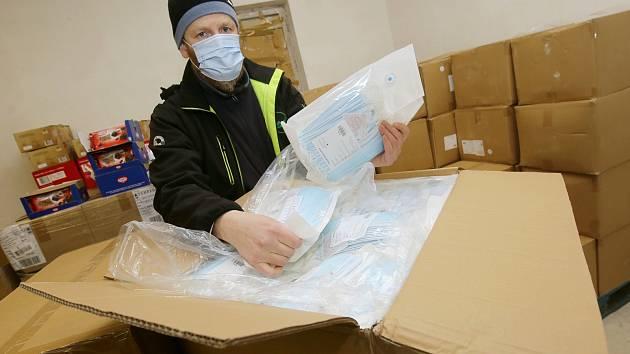 Pracovníci potravinové banky vydávají ze skladu ochranné roušky pro sociálně slabé občany. Ilustrační foto.