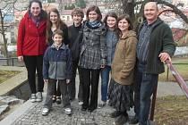 Barbara Castro z Chile (zcela vlevo) se všemi členy rodiny Stašových na výletě, tentokrát na benešovském Karlově v roce 2013.
