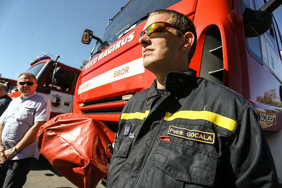 Z předávání zásahových vozidel středočeským sborům dobrovolných hasičů v Říčanech.