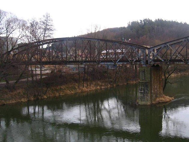 Mostu v Týnci zbývá rok